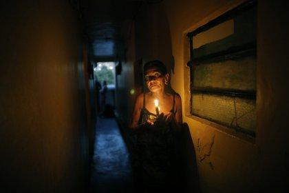 Elizabeth Guzman Espitia en un pasillo de su casa. (AP Foto/Ariana Cubillos)