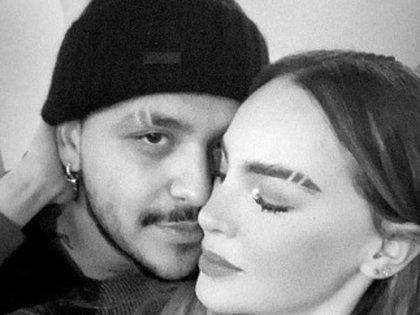 """Hace unas semanas Belinda apareció con la ceja """"rasurada"""" para emular el look de su novio (Foto: Twitter de Christian Nodal)"""