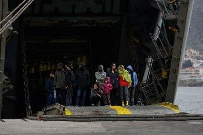 Foto del jueves de migrantes llegados a Grecia desde Turquía subiendo a un barco de la armada griega en la isla de Lesbos antes de ser trasladados al continente.  Mar 5, 2020. REUTERS/Elias Marcou