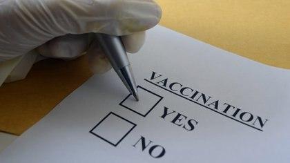 El personal de salud de EEUU manifestó temor a los efectos secundarios de la vacuna, falta de confianza en el estado para garantizar su seguridad, inquietud por el papel que la política pudo haber jugado en su desarrollo y hasta la idea de ser conejillos de Indias. (iStock)