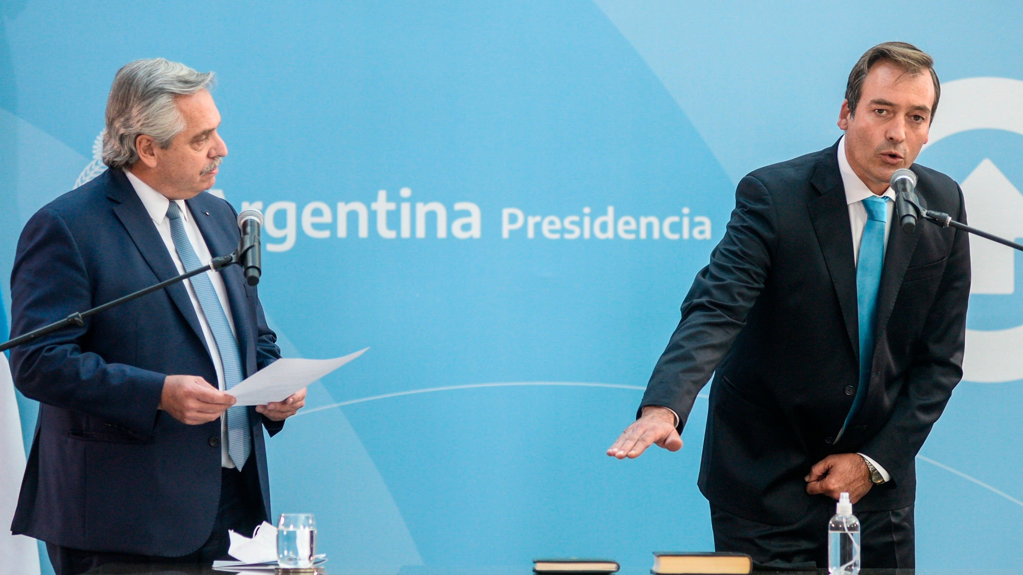 Fotografía cedida por la Presidencia de Argentina que muestra a Martín Soria (d) mientras jura como nuevo ministro de Justicia ante el presidente de Argentina, Alberto Fernández, hoy, en la Casa de Gobierno, en Buenos Aires (Argentina). EFE/Presidencia Argentina