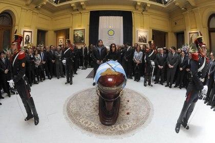 El velatorio de Néstor Kirchner en el Salón de los Patriotas Latinoamericanos de la Casa Rosada (NA)