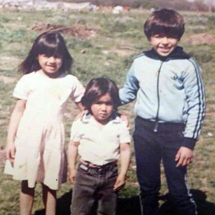 """Los tres hermanos mayores de la familia Riquelme: """"Nena"""" (Mercedes Mariana) a la izquierda, """"Chanchi"""" (Cristian) en el centro y """"Cabezón"""" (Juan Román) a la derecha"""