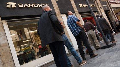 Especialistas opinaron que los depósitos en bancos se mantendrán en aumento. (Foto: Cuartoscuro)