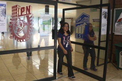 IPN pidió sus alumnos dar continuidad a sus estudios durante contingencia de coronavirus a través de la plataforma PoliVirtual.  FOTO: SAÚL LÓPEZ /CUARTOSCURO.COM