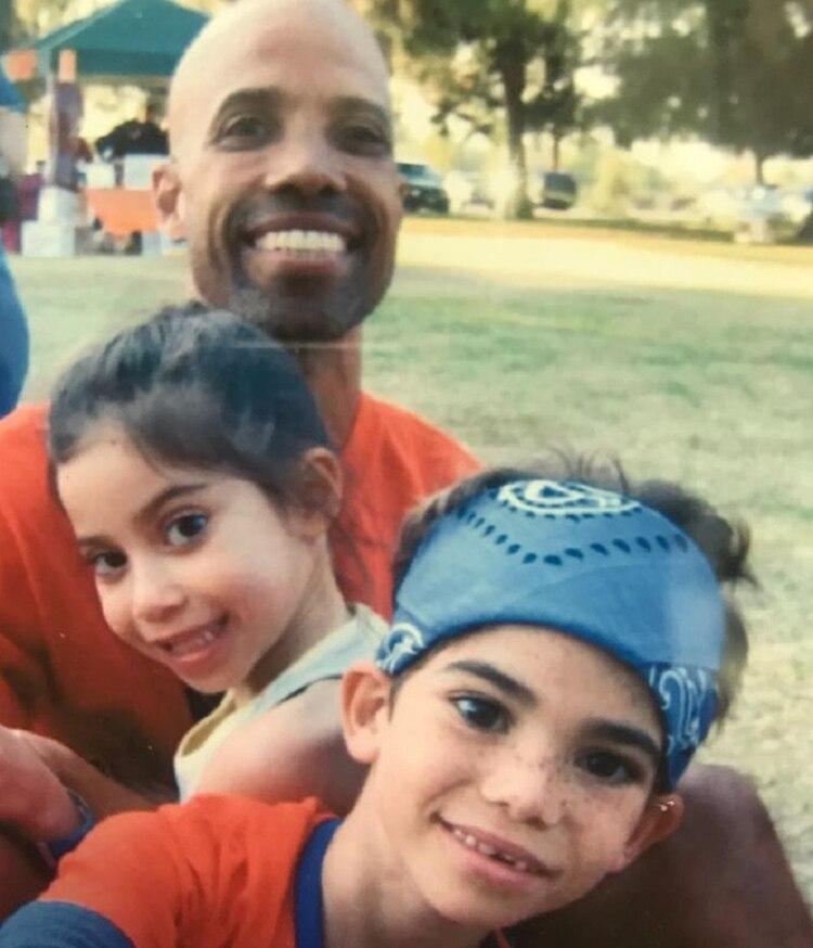 Victor Boyce en una fotografía junto a sus dos hijos (Foto: Instagram @VictorBoyce)