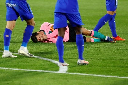 Messi en el piso tras el codazo que recibió (Foto: Reuters)