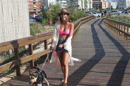 Nai Awada de vacaciones en Punta del Este lució un sombrero Panamá (GM Press)