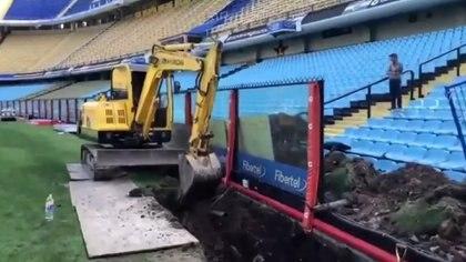 La fosa que están cavando en el estadio