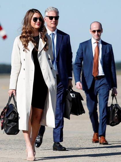 La consejera de la Casa Blanca, Hope Hicks, el asesor de seguridad nacional Robert O'Brien y el asesor principal de la Casa Blanca, Stephen Miller, caminan hacia el Air Force One cuando parten de Washington con el presidente de Estados Unidos, Donald Trump, para realizar una excursión a Ohio en la base conjunta Andrews, Maryland.  REUTERS / Tom Brenner?