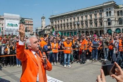 "Los ""chalecos naranja"" este sábado en Milán (ANSA / AFP)"