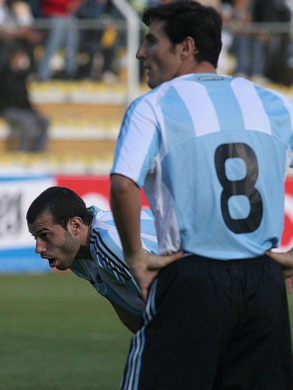 Sin aire: la imagen de Mascherano buscando oxígeno en medio del partido lo dice todo (Foto Baires)