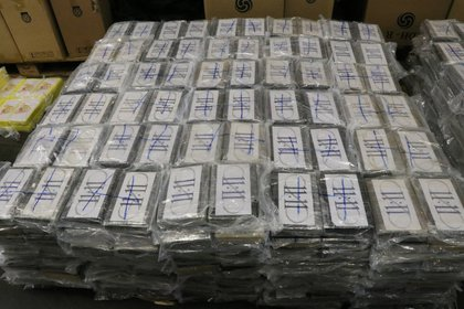 Las autoridades aduaneras alemanas exhiben 3,5 toneladas (casi 5 toneladas estadounidenses) de cocaína confiscada en contenedores enviados a Hamburgo, Alemania, desde Uruguay. Fue en julio de 2019. (Aduana alemana via AP, Archivo)