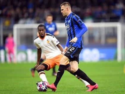 Geoffrey Kondogbia (I) y Josip Ilicic (D) en el partido del Atalanta contra Valencia en San Siro, Milán, Italia, el 19 de febrero de 2020. REUTERS/Daniele Mascolo