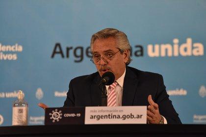 El presidente argentino Alberto Fernández habla durante un anuncio en la residencia presidencial, en Olivos, Argentina 12 agosto, 2020 (Franco Fafasuli)