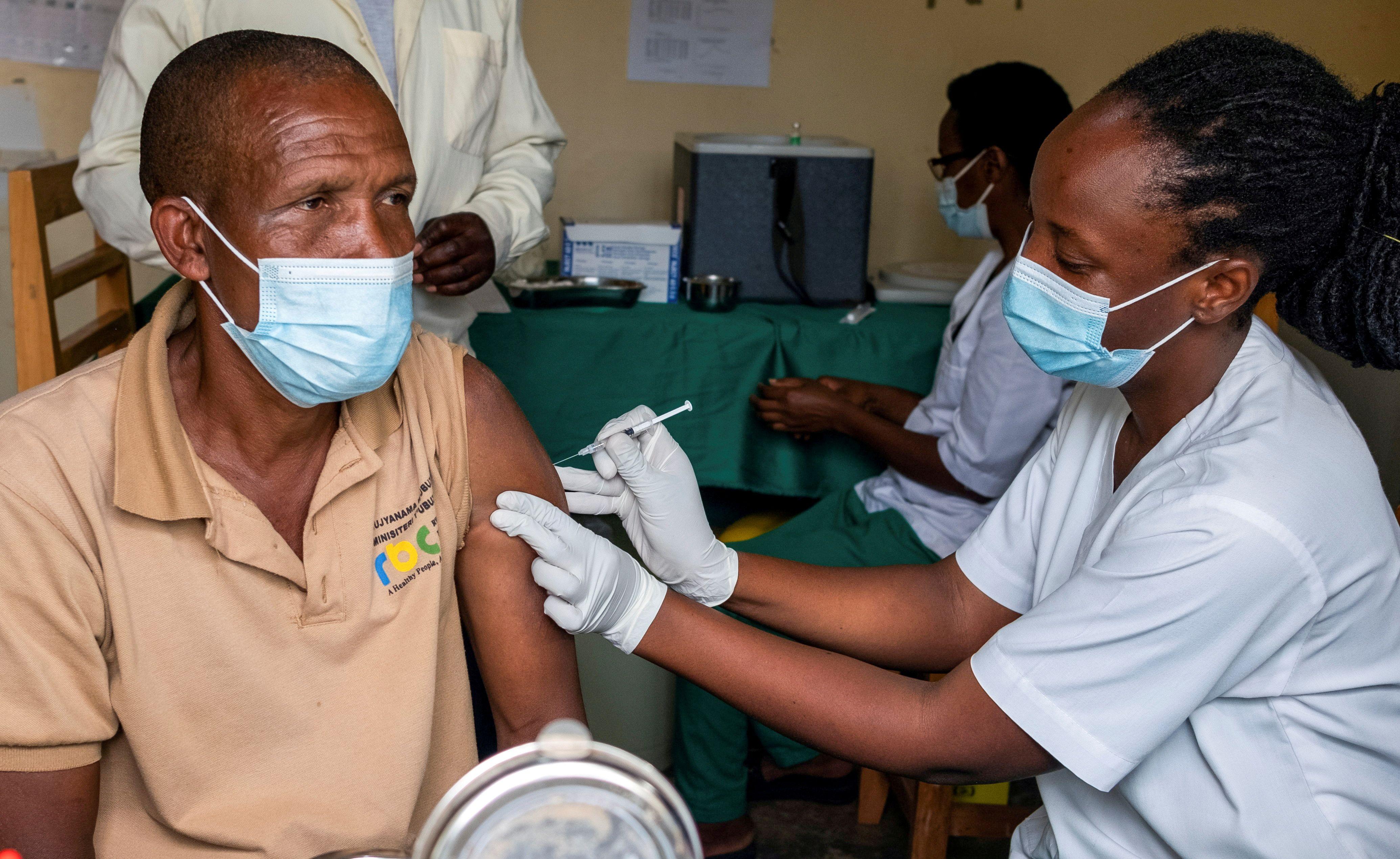 Un hombre recibe una dosis de vacuna contra el COVID-19 en el hospital Kigali de Ruanda (REUTERS/Jean Bizimana/File Photo)