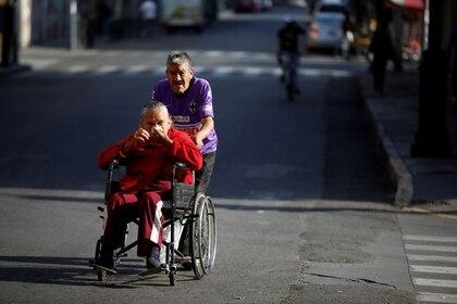 Imagen de archivo de una pareja de adultos mayores en medio del brote de coronavirus, en Ciudad de México, Marzo 31, 2020. REUTERS/Gustavo Graf
