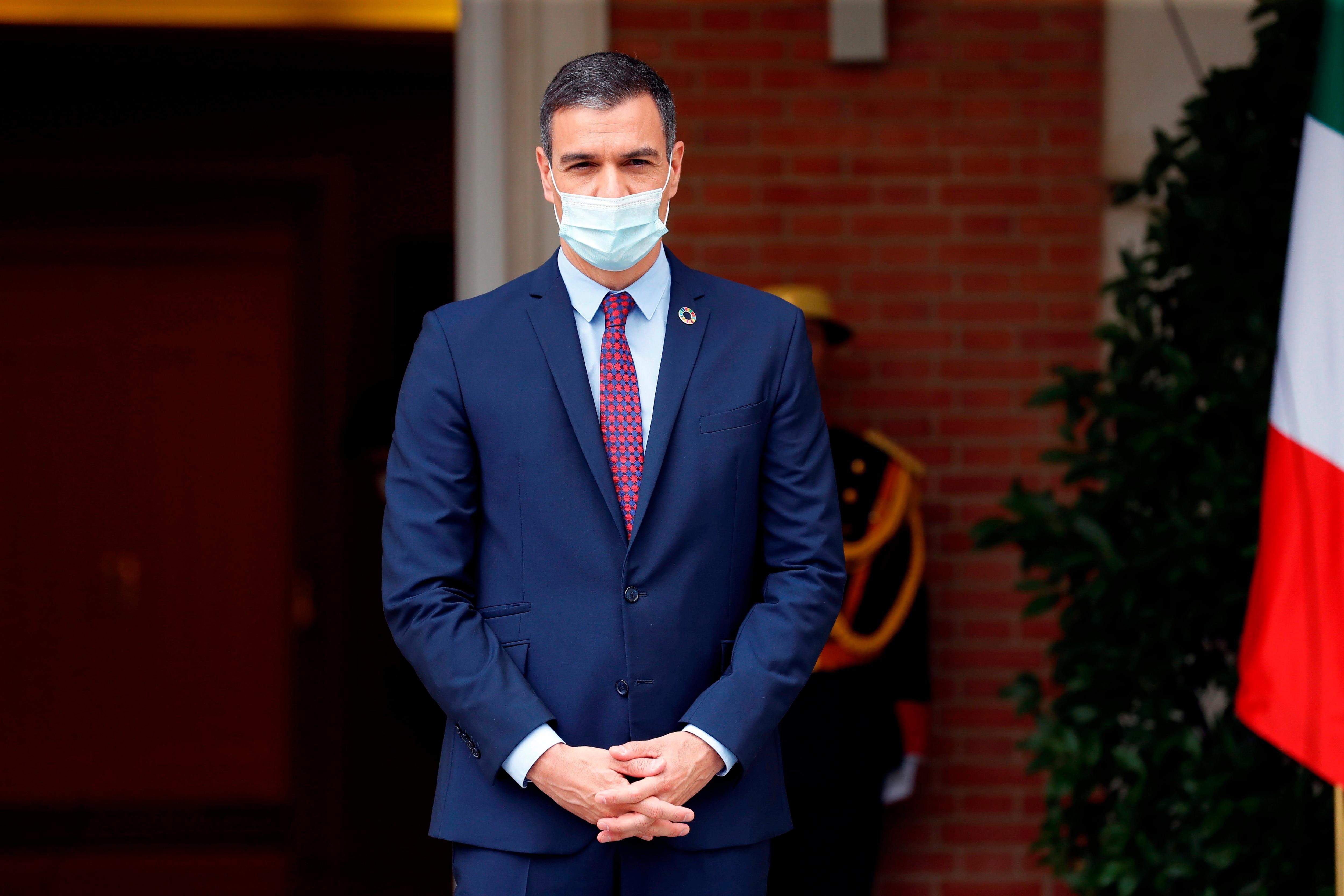 El presidente del Gobierno español, Pedro Sánchez, espera en la puerta del Palacio de la Moncloa. EFE/Chema Moya/Archivo