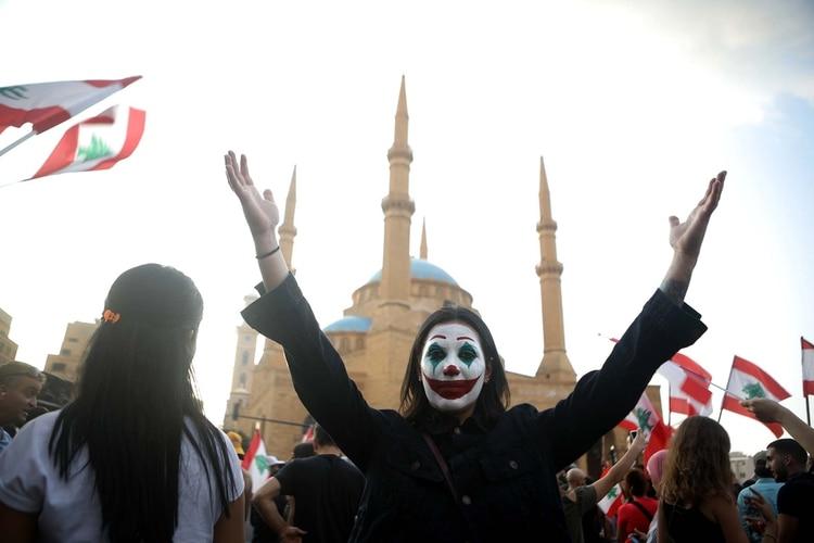 Un manifestante con el rostro pintado protesta en la Plaza de los Mártires de Beirut contra la corrupción y el ajuste (Patrick BAZ / AFP)