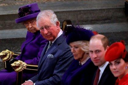 Los duques de Cambridge junto con la reina Isabel y Carlos de Inglaterra en compañía de Camilla Parker Bowles (Reuters)
