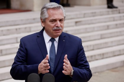 El presidente Alberto Fernández planea abrir dos vacunatorios nacionales en los próximos días (EFE/EPA/YOAN VALAT/Archivo)