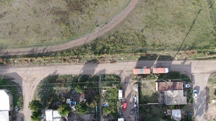 El límite entre Villa Alicia y los campos acusados de fumigar con tóxicos (Lihue Althabe)