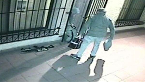José López lleva un bolso; en el piso se ve la carabina semiautomática que llevó al convento