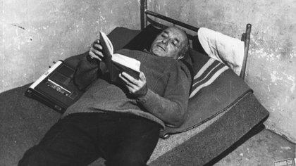 Klaus Altmann, leyendo en su celda