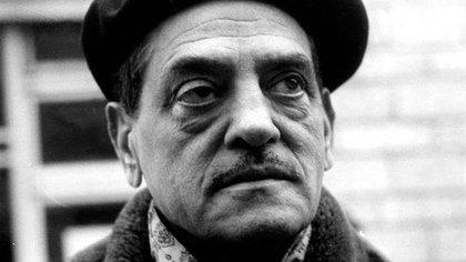 """Luis Buñuel sobre su aclamada película: """"Empecé a trabajar con Luis Alcoriza, pero él tenía que cumplir con otro contrato y seguí escribiendo con Larrea y Max Aub... Los diálogos los adaptó al estilo del """"bajo pueblo"""" mexicano Pedro de Urdimalas... Iba a los barrios bajos de la Ciudad de México, acompañado primero por Alcoriza y luego por Edward Fitzgerald, el director artístico. Estuve cerca de seis meses conociendo esos barrios. Salía muy temprano en autobús y caminaba al azar por las callejas, haciendo amistad con la gente, observando tipos, visitando casas...Caminaba por Nonoalco, la plaza de Romita, una ciudad perdida en Tacubaya... Me interesaba hallar personajes e historias. Consulté detalles en el Tribunal de Menores, con un psiquiátra, con María Lourdes Rico. Pude leer las tarjetas de un gran número de casos, interesantísimos. También me sirvieron noticias que salían en la prensa, por ejemplo, leí que se había encontrado en un basurero el cadáver de un chico de unos doce años y eso me dio la idea del final"""" (Foto: EFE)"""
