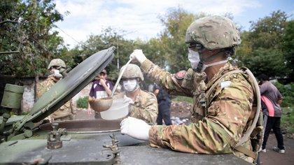 Las fuerzas militares también llevan acumuladas el reparto de 16.927.042 raciones de comida caliente y la distribución de 2.609.677 bolsones de víveres secos