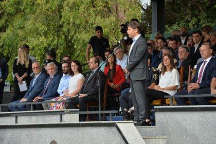De blanco y con pollera floreada, Jesica Rey, ministra de Comunicación del gobierno bonaerense