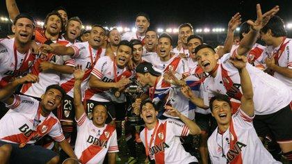 La alegría de Julio Chiarini y todo River tras ganar la Copa Sudamericana de 2014, en la que dejó en el camino a Boca en semifinales