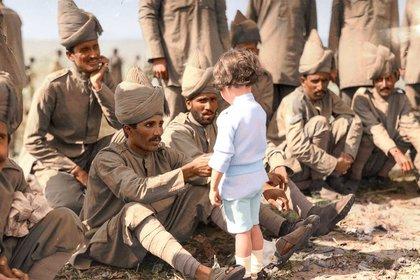 Un niño francés se presenta ante soldados indios