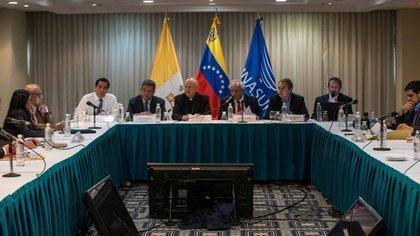 El plenario de la mesa de diálogo en Venezuela que contó con la participación del enviado del Vaticano y los ex presidentes de la Unasur (EFE)