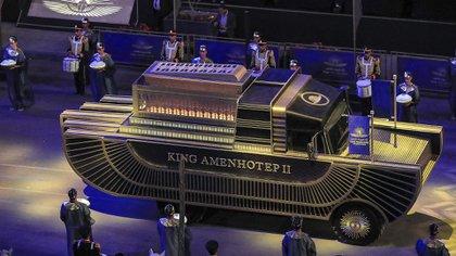 El carro que transporta la momia del faraón Amenhotep II (1427-1401 o 1397 a.C.) avanza como parte del desfile de 22 momias reales del antiguo Egipto (Foto de Khaled DESOUKI / AFP)