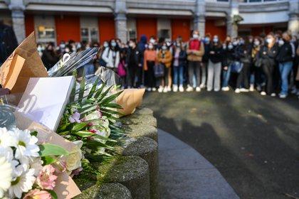 Decenas de estudiantes homenajearon a la alumna que se quitó la vida en Lille, Francia (DENIS CHARLET / AFP)