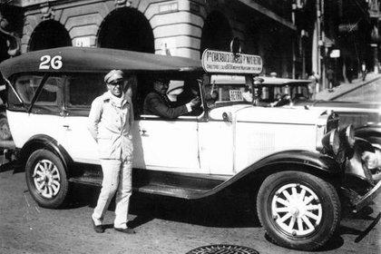 Los autos colectivos no eran muy diferentes a los automóviles, excepto por su tamaño. En la foto,  una unidad de la línea 26 (Foto: Archivo General de la Nación).