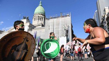 Los defensores del proyecto se van agrupando en un sector de las calles que rodean al Parlamento  (Maximiliano Luna)