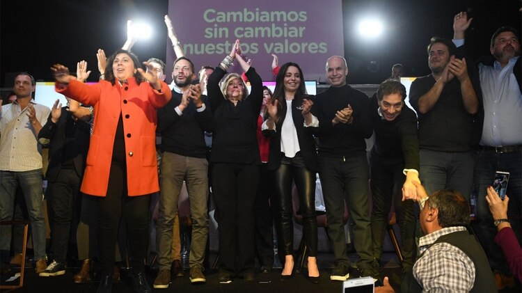 Elisa Carrió junto a Horacio Rodríguez Larreta, Paula Oliveto, Mariana Zuvic, Maximiliano Ferraro y Diego Santilli (Prensa Carrió)