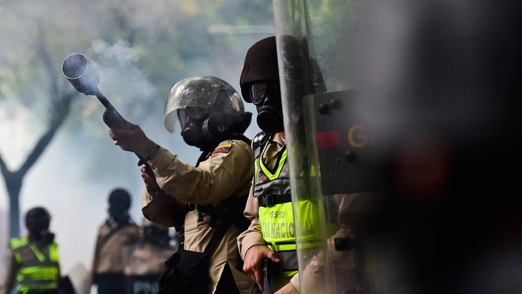 Efectivos de la Guardia Nacional Bolivariana reprimiendo una protesta en Venezuela
