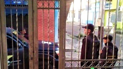 Funcionarios del CONAS en espera de una de las personas solicitadas