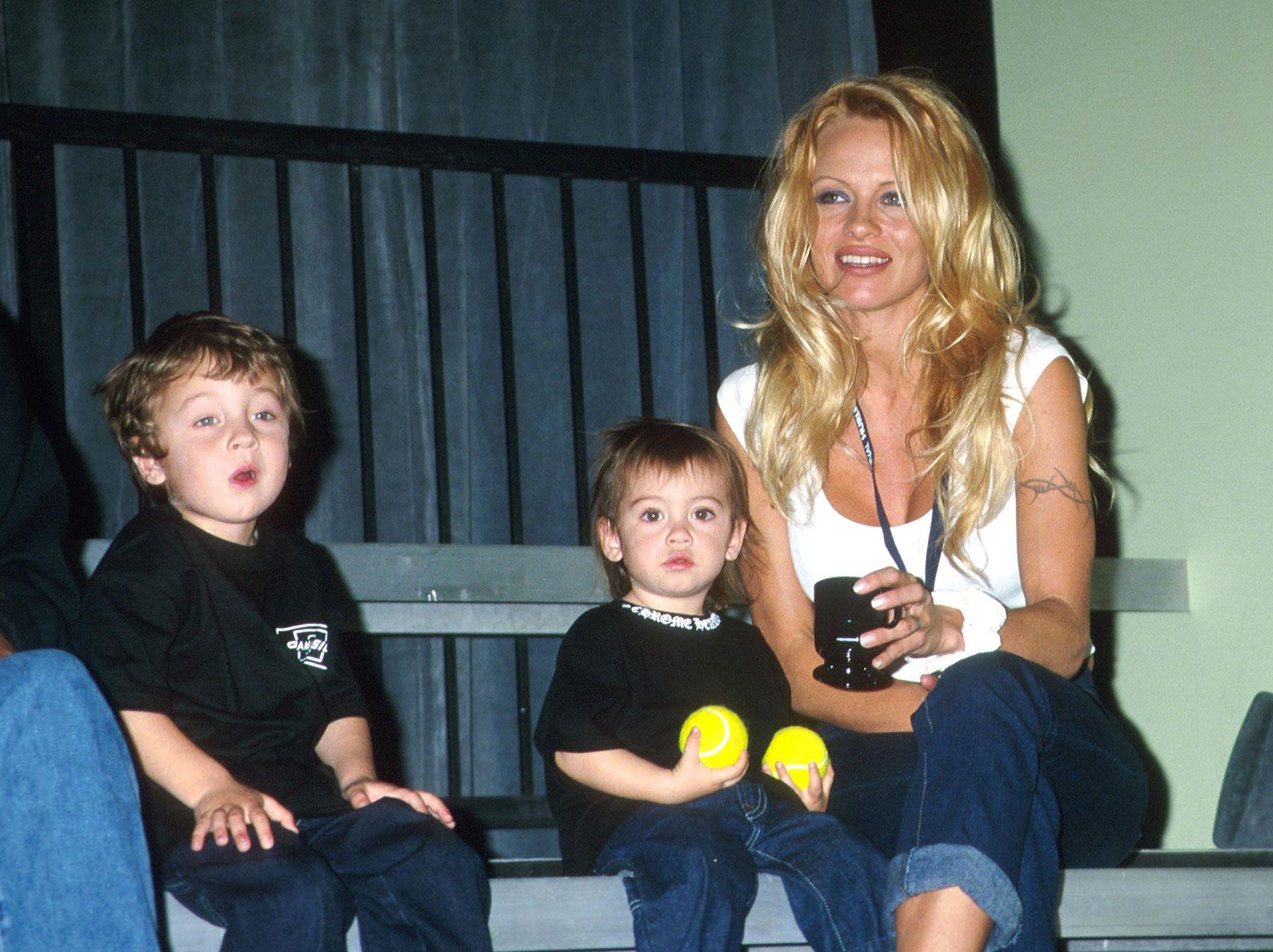 Pamela Anderson y sus hijos (Getty)