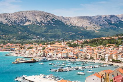 Atrapada entre los enclaves turísticos de Dalmacia e Istria, esta parte menos conocida de la costa croata ha ido forjándose en silencio su fama en lo culinario y en la protección medioambiental a lo largo de la última década. Ahora, el golfo del Carnaro, ya está listo para salir a escena con su ciudad principal, la portuaria Rijeka, como Capital Europea de la Cultura en el 2020