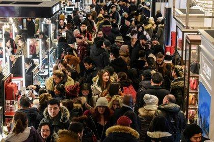Los compradores en EEUU aprovecharon de las ofertas pero menos visitaron las tiendas en persona (Foto: Reuters)