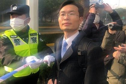 El abogado Zhang antes de la sentencia (Reuters/ Brenda Goh)