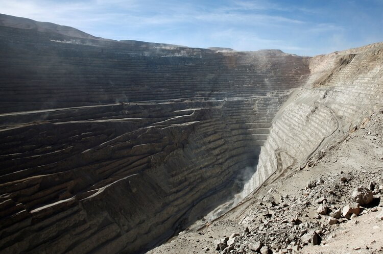 La mayor explotación de cobre se da en el norte del país. En la foto una vista del rajo de la mina de cobre Chuquicamata en las afueras de Calama (REUTERS/Iván Alvarado)