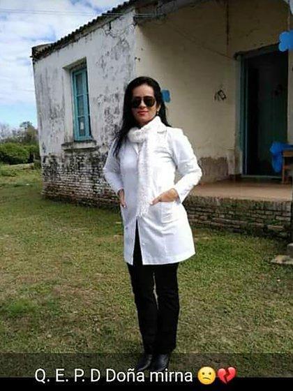 La imagen de Mirna Palma, en la puerta de la escuela rural del paraje 503, donde trabajaba