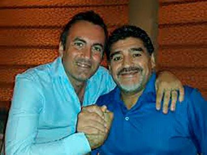 Valerio Antonini junto a Maradona.