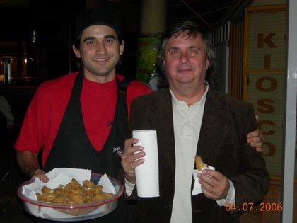 Para la inauguración de su primer emprendimiento en 2006 Matías Osman cocinó alitas de pollo