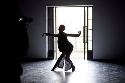 El bailarín de moda Xiong Daiki, de 22 años, practica baile para un video para promover el baile de moda, casi un año después del brote global de la enfermedad del coronavirus (COVID-19), en Wuhan, provincia de Hubei, China, 15 de diciembre, 15 de diciembre de 2020. Imagen tomada el 15 de diciembre de 2020. REUTERS / Aly Song